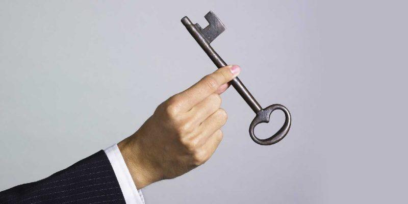 Para que una organización pueda empoderar a sus colaboradores, primero debe habilitarlos y facultarlos