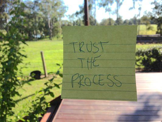 Mi exhortación en este post es a que, en la medida de lo posible y salvo que tengamos evidencias irrefutables de lo contrario, confiemos más en las intenciones, demos el beneficio de la duda a los procesos y evitemos llegar a falsas conclusiones